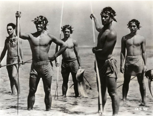 Matahi (Matahi) and the other young men of the island spear-fishing.