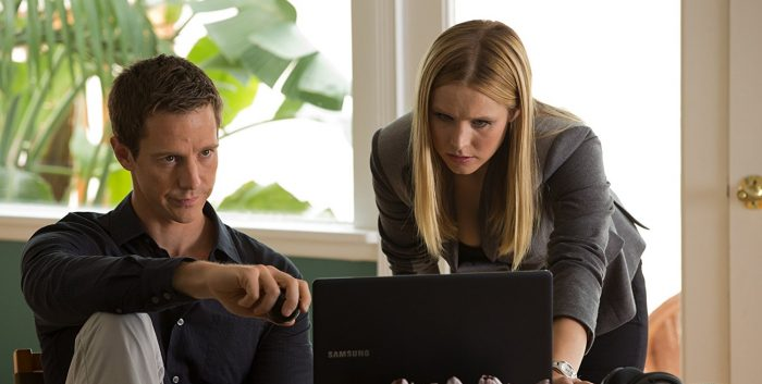 Logan (Jason Dohring) and Veronica (Kristen Bell) looking at a laptop.