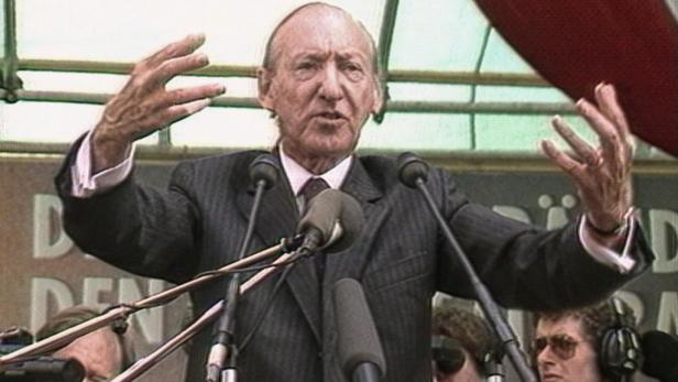 Waldheim giving a speech.