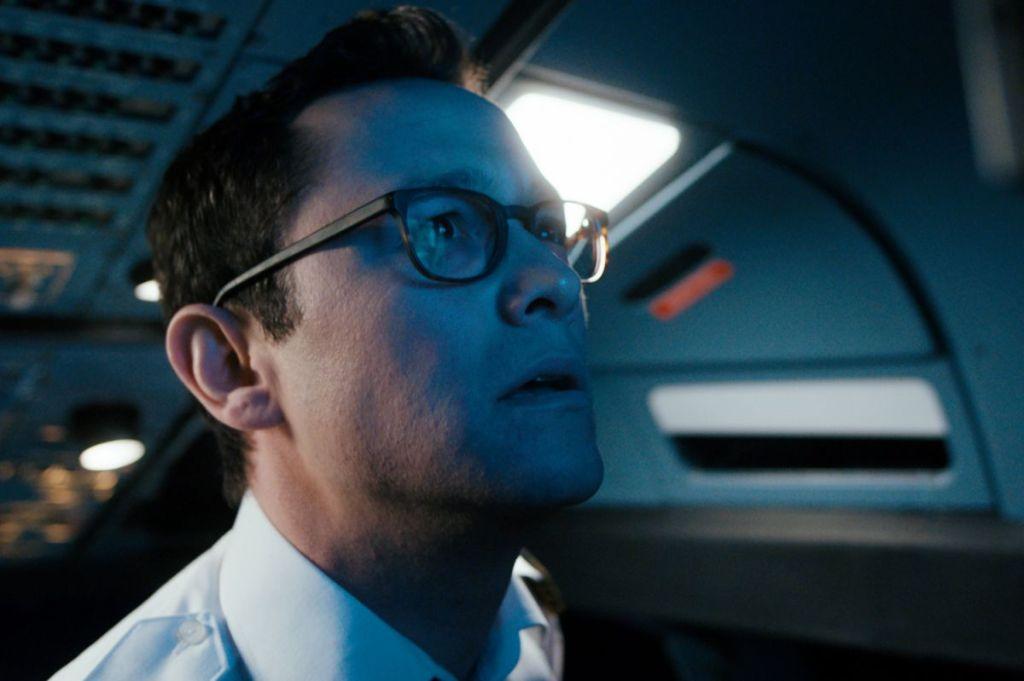 Co-pilot Tobias (Joseph Gordon-Levitt) looking worriedly at a screen.