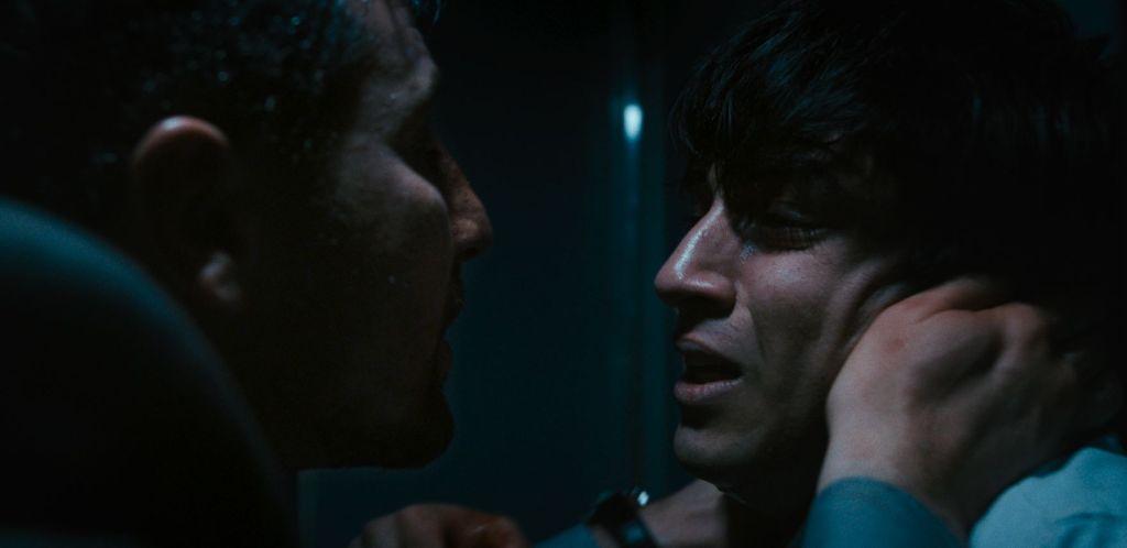Kenan (Murathan Muslu) tries to motivate Vedat (Omid Memar).