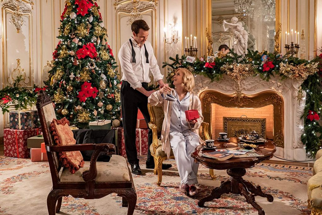 King Richard (Ben Lamb) and Queen Amber (Rose McIver) opening Christmas presents.