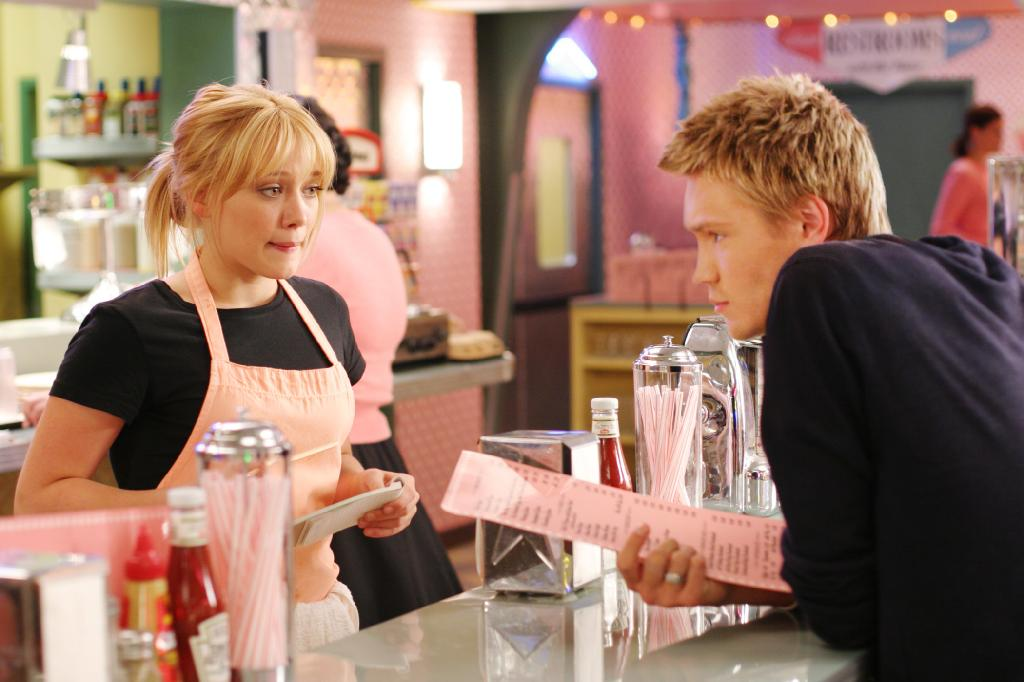 Austin (Chad Michael Murray) orders from Sam (Hilary Duff) at a diner.