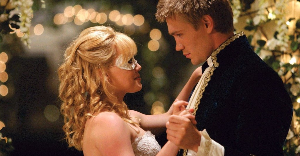 Sam (Hilary Duff) and Austin (Chad Michael Murray) dancing with each other.