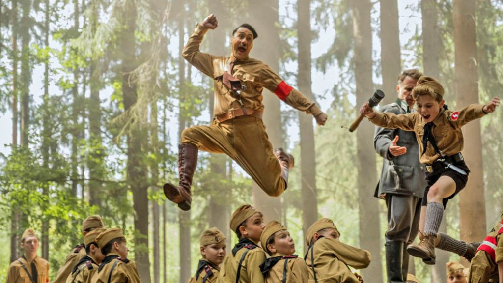 Jojo (Roman Griffin Davis) jumping over a barricade together with his imaginary friend Adolf (Taika Waititi).