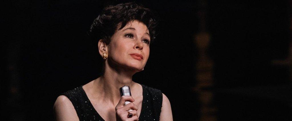 Judy Garland (Renée Zellweger) on stage.