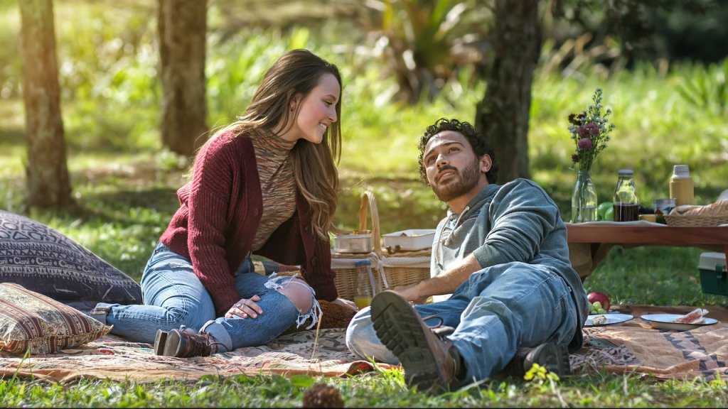 Ana (Larissa Manoela) and João (André Luiz Frambach) having a nice picknick.