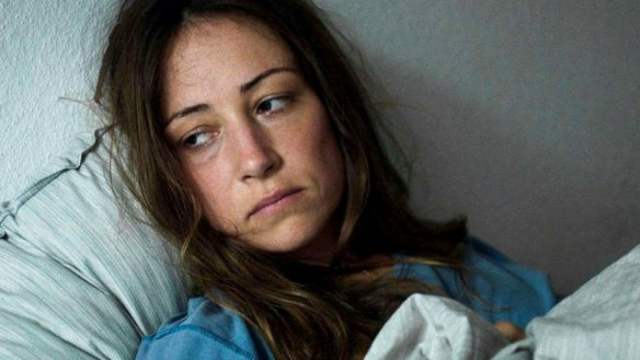Janne (Aenne Schwarz) lying in bed, looking depressed.