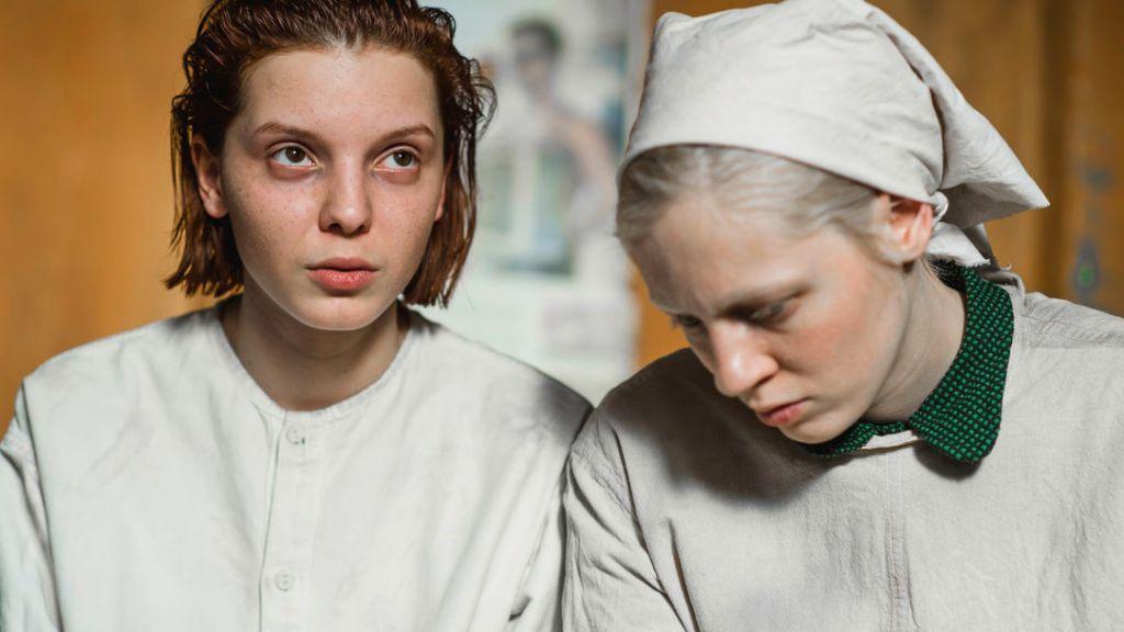 Masha (Vasilisa Perelygina) and Iya (Viktoria Miroshnichenko)