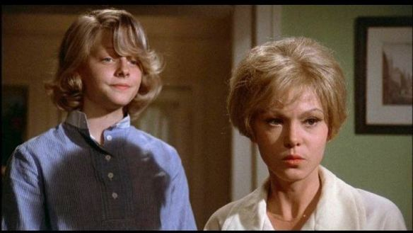 Annabel (Jodie Foster) and her mother Mrs Andrews (Barbara Harris).