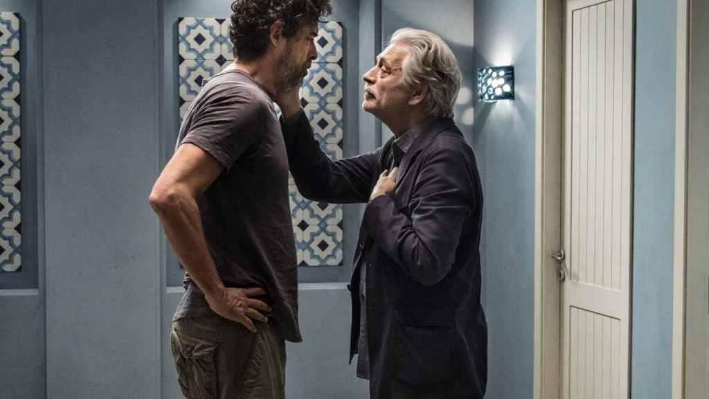Tony (Fabrizio Bentivoglio) trying to calm Carlo (Alessandro Gassmann).