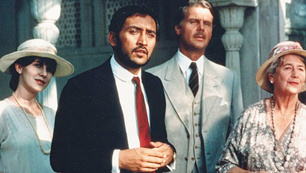 Adela (Judy Davis), Aziz (Victor Banerjee), Fielding (James Fox) and Mrs Moore (Peggy Ashcroft) standing in front of a house.