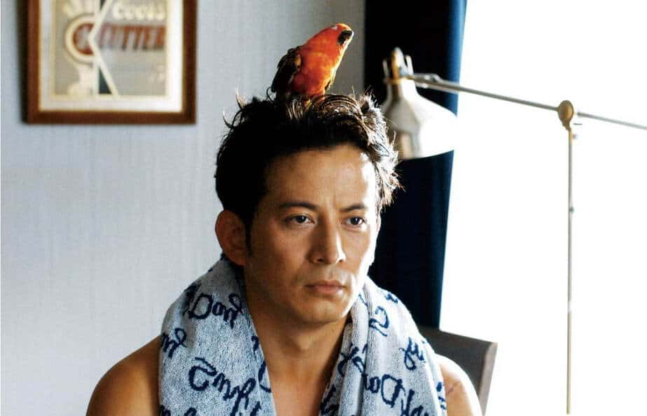 The Fable (Jun'ichi Okada) with his parrot on his head.