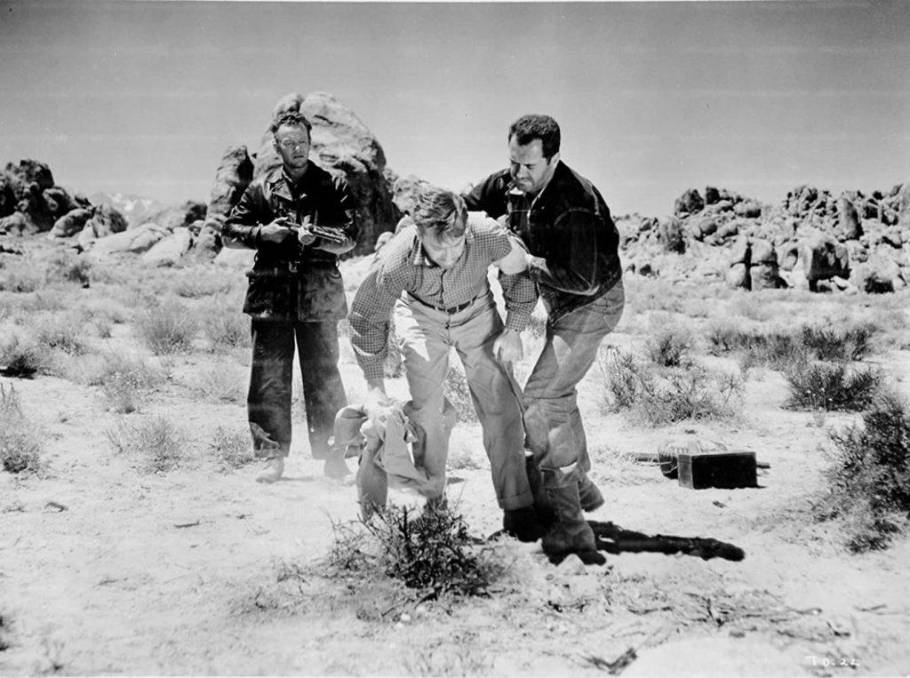 Emmett (William Talman) threatening Gilbert (Frank Lovejoy) and Roy (Edmond O'Brien) with a gun.
