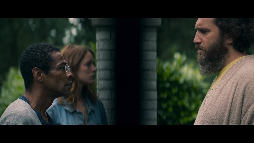 Paul (Adama Niane) and Chloé (Stéphane Caillard) confronting Eric (Hubert Delattre).