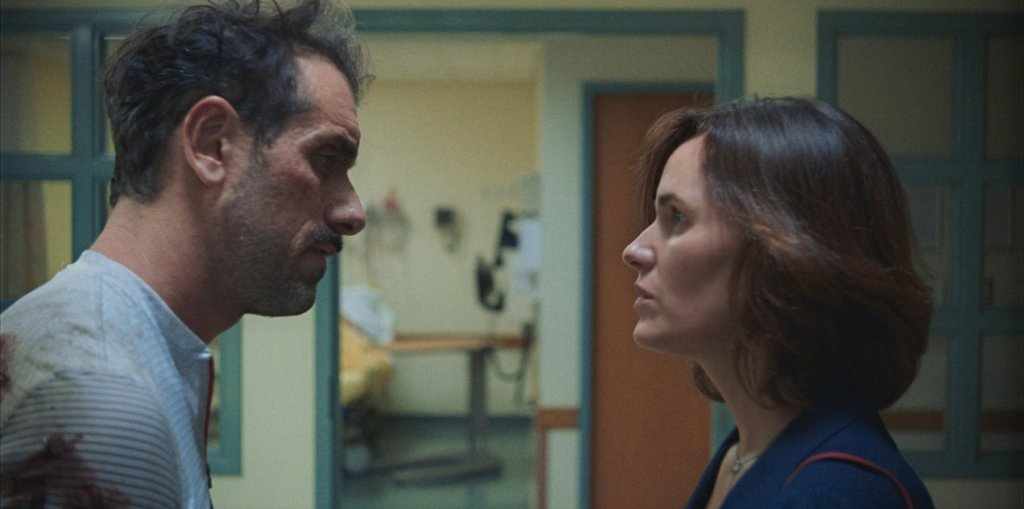 Mike (Michael Angelo Covino) talking to Ava (Judith Godrèche).