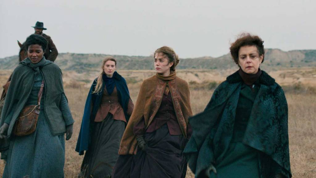 Esther (Alice Isaaz), her sister Justine (Déborah François), her mother Madeleine (Constance Dollé) and their servant Layla (Armelle Abibou) walking through the desert.