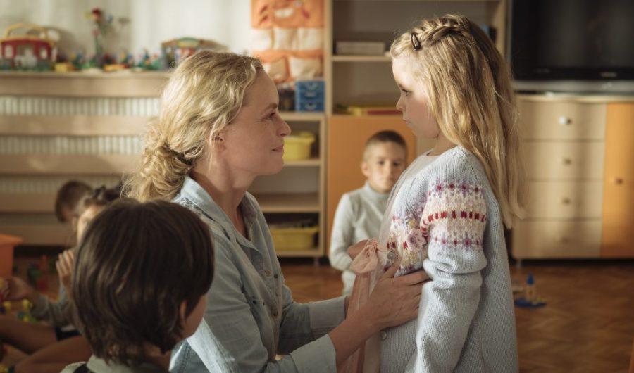Wiebke (Nina Hoss) meets Raya (Katerina Lipovska) for the first time.