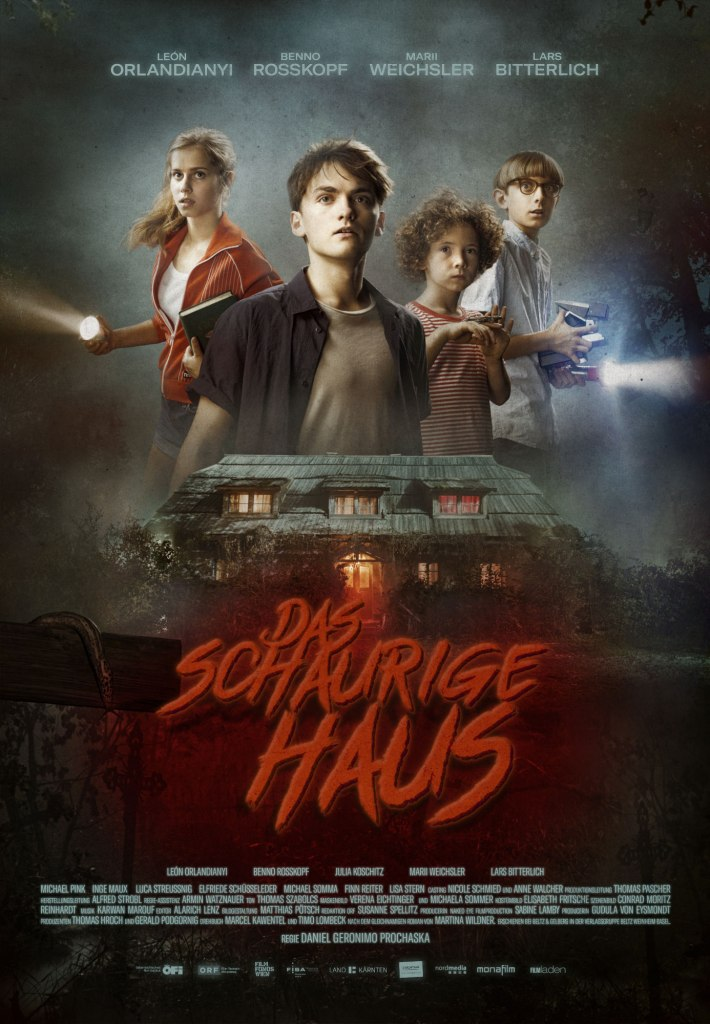 The film poster showing the four kids Ida (Marii Weichsler), Hendrik ( Leon Orlandianyi), Eddie (Benno Rosskopf) and Fritz (Lars Bitterlich) with flashlamps. Below them is an old house, everything is shrouded in fog.