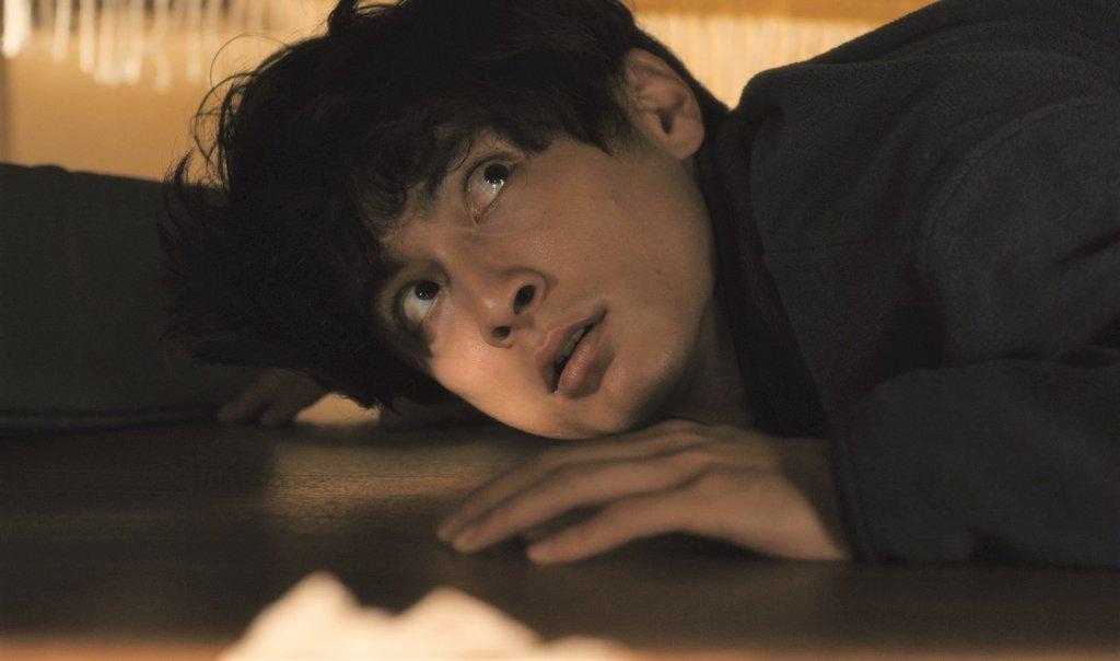 Mitsui (Kengo Kôra) lying under Chihiro's (Kanako Nishikawa) bed.
