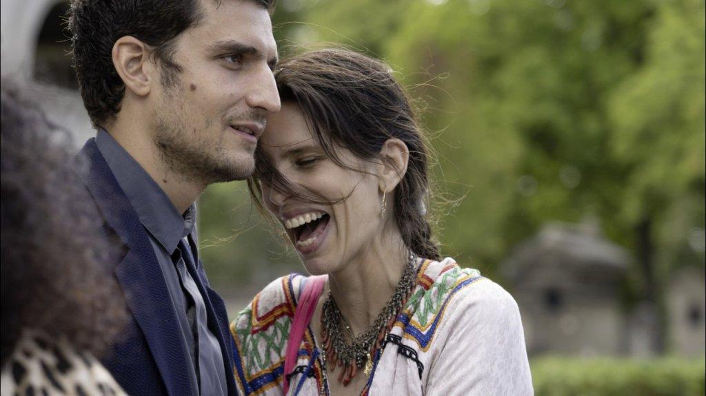 Neige (Maïwenn) laughing with her best friend François (Louis Garrel).
