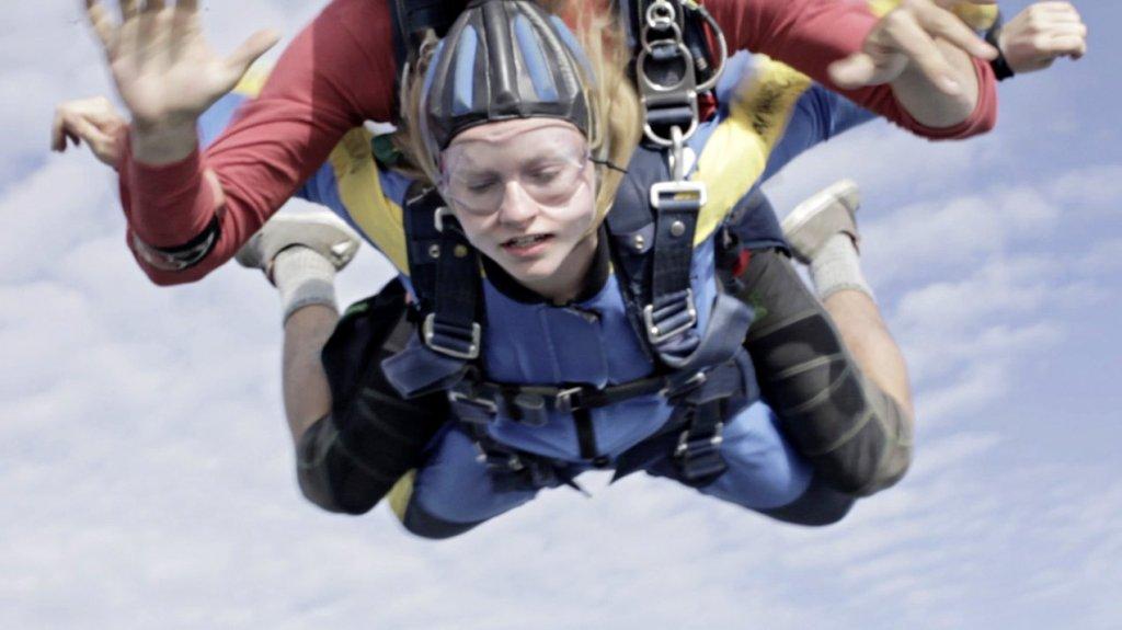Anne (Deragh Campbell) doing a parachute tandem jump