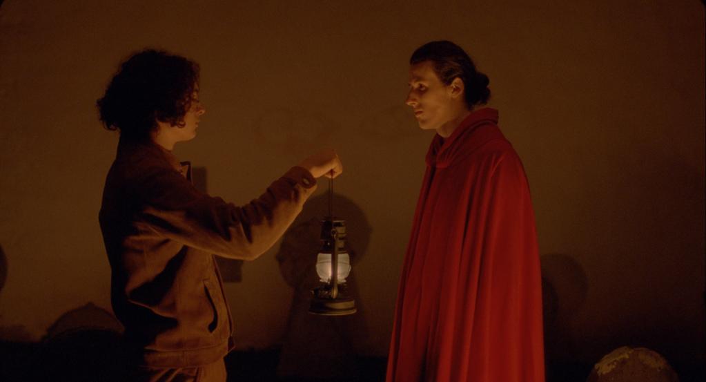 Atarrabi (Saia Hiriart) and Mikelats (Lukas Hiriart) meeting at night.