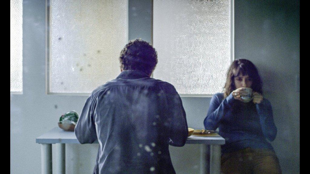 Laura (Clara Kinzo) and Israel (Otto Jr.) having breakfast together.