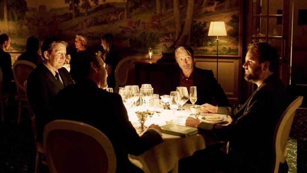 Martin (Mads Mikkelsen) at dinner with his friends Tommy (Thomas Bo Larsen), Nikolaj (Magnus Millang) and Peter (Lars Ranthe).
