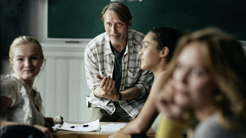 Martin (Mads Mikkelsen) teaching in class.