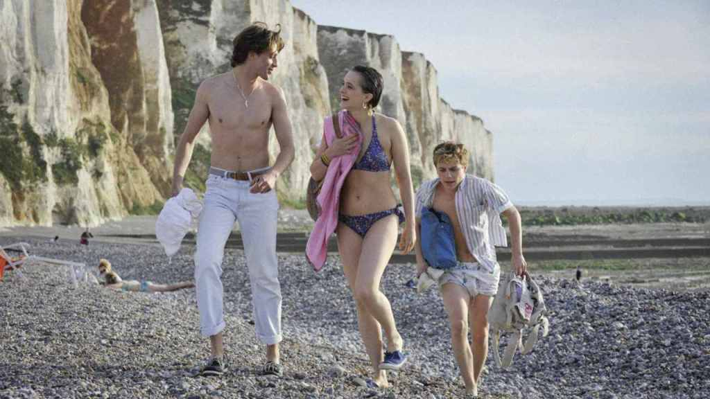 David (Benjamin Voisin), Kate (Philippine Velge) and Alexis (Félix Lefebvre) on the beach together.