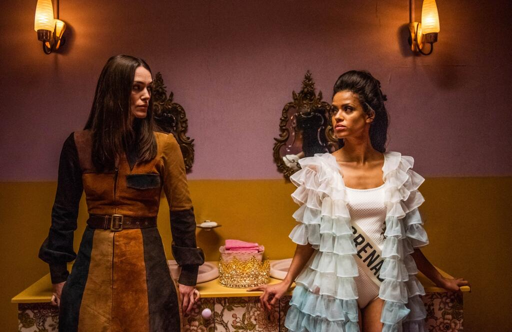Jennifer Hosten (Gugu Mbatha-Raw) and Sally Alexander (Keira Knightley) sizing each other up in the bathroom.