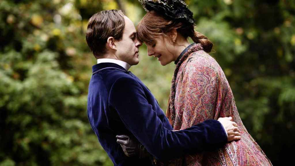 Eleanor Marx (Romola Garai) and Edward Aveling (Patrick Kennedy) pressing their foreheads together.