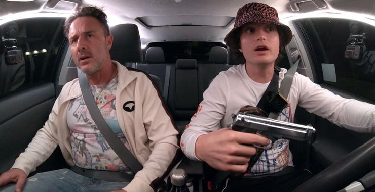 Kurt (Joe Keery) driving his father Kris (David Arquette). Kurt has a gun in his hand.