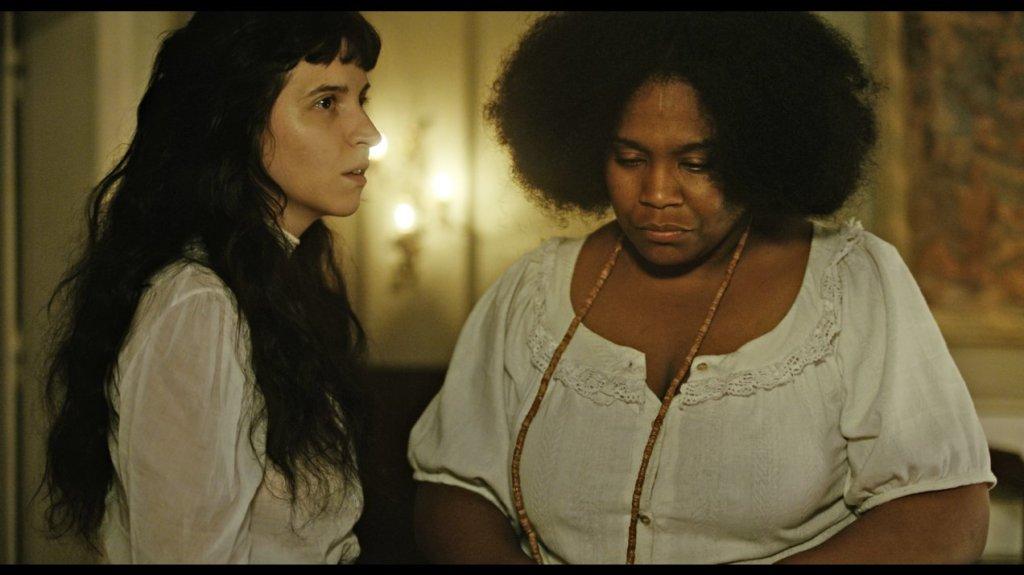 Ana (Carolina Bianchi) talking to Iná (Mawusi Tulani).