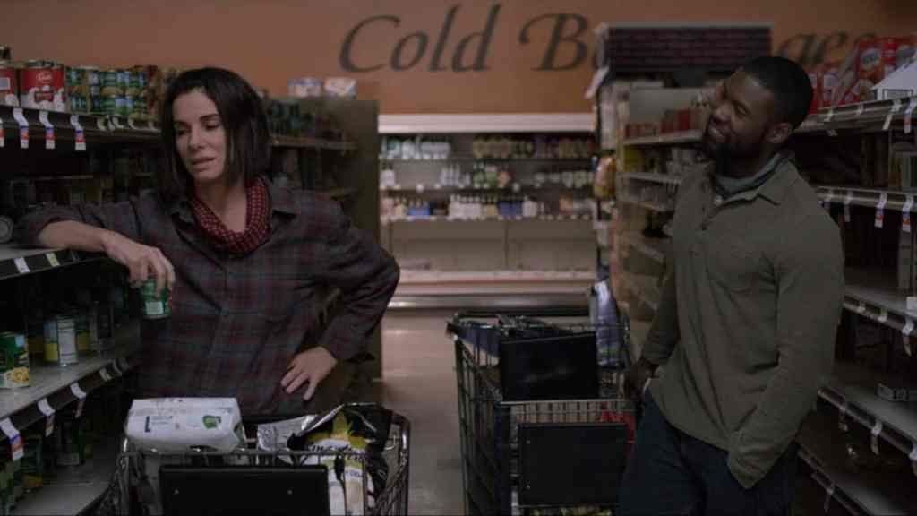 Malorie (Sandra Bullock) and Tom (Trevante Rhodes) in the supermarket.