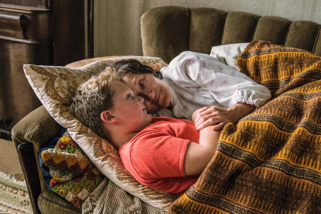 Hape (Julius Weckauf) cuddling with his grandma Änne (Hedi Kriegeskotte).