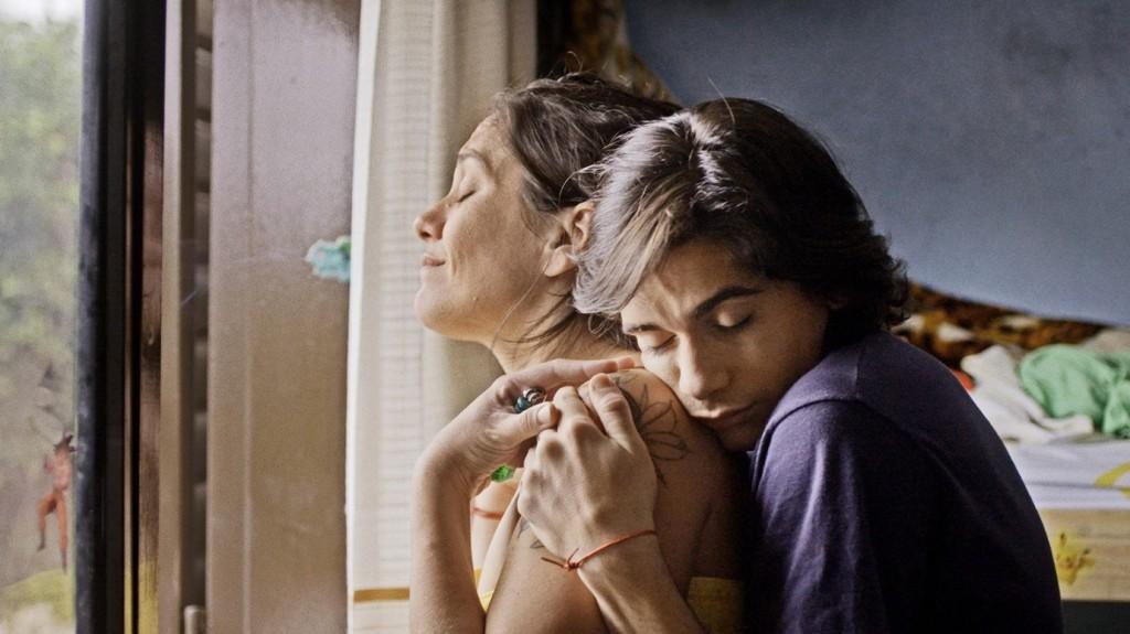 Darío (Mauricio Vila) hugging his mom from behind.