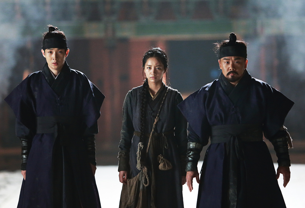 Heo (Choi Woo-sik), Myung (Hyeri Lee) and Sung Han (In-kwon Kim) looking tired and disheveled.