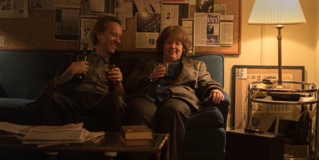 Jack Hock (Richard E. Grant) and Lee Israel (Melissa McCarthy) having a drink together.