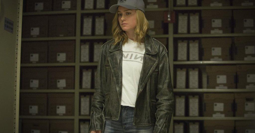 Carol Danvers (Brie Larson) inkognito in an archive.