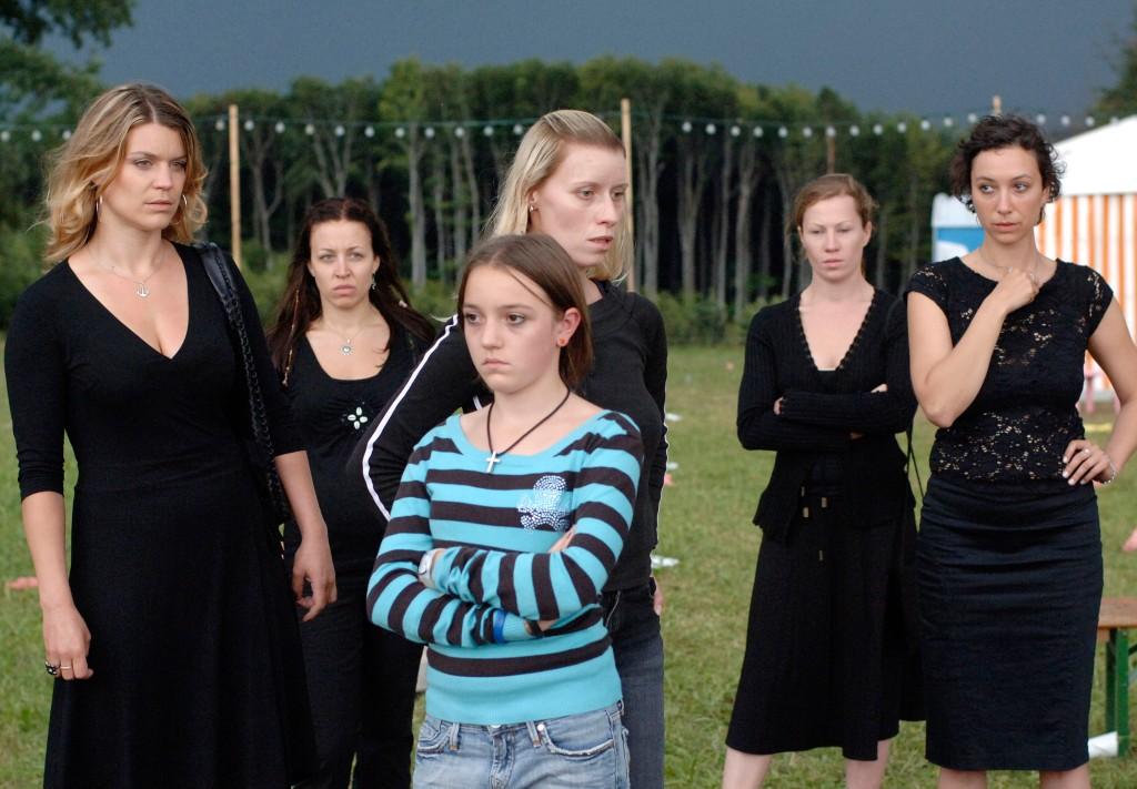 Carmen (Kathrin Resetarits), Nina (Nina Proll), Nicole (Gabriela Hegedüs), her daughter Daphne (Ina Strnad), Brigitte (Birgit Minichmayr) and Alex (Ursula Strauss) standing in front of a party tent.
