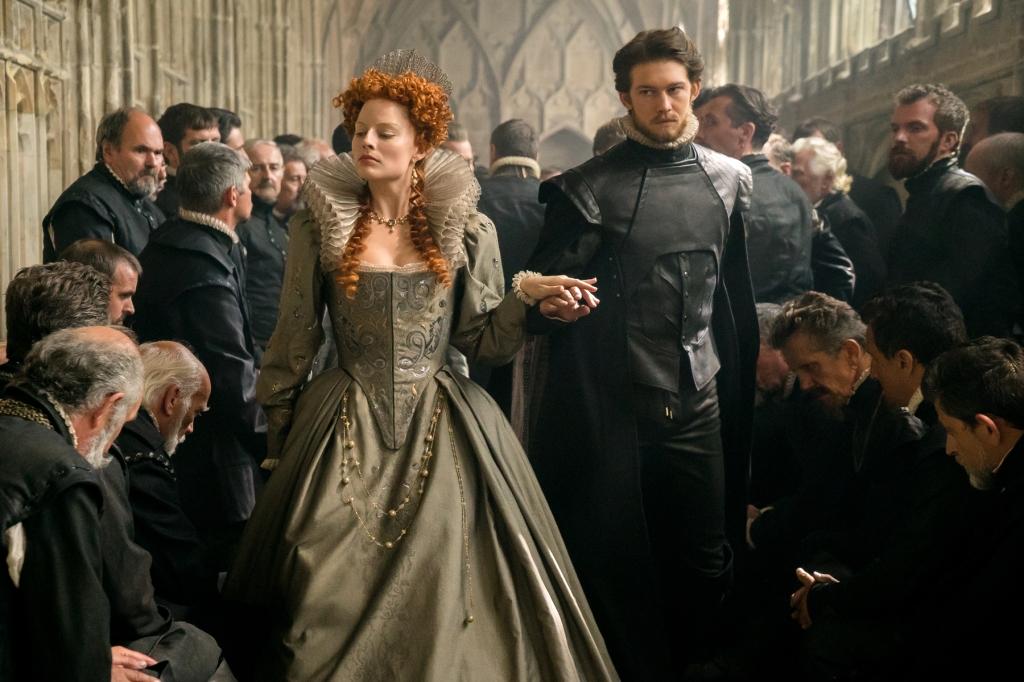 Queen Elizabeth I (Margot Robbie) accompanied by Robert Dudley (Joe Alwyn).