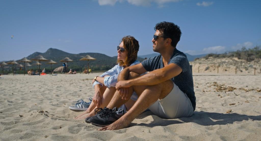 Alice (Lavinia Wilson) and Niklas (Elyas M'Barek) sitting on the beach.