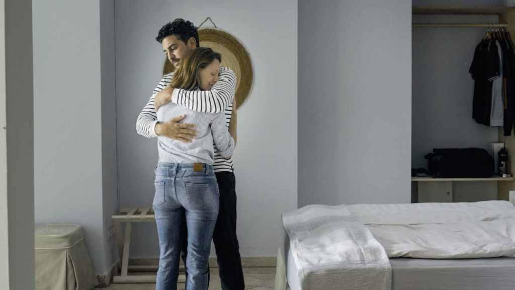 Niklas (Elyas M'Barek) embracing Alice (Lavinia Wilson).