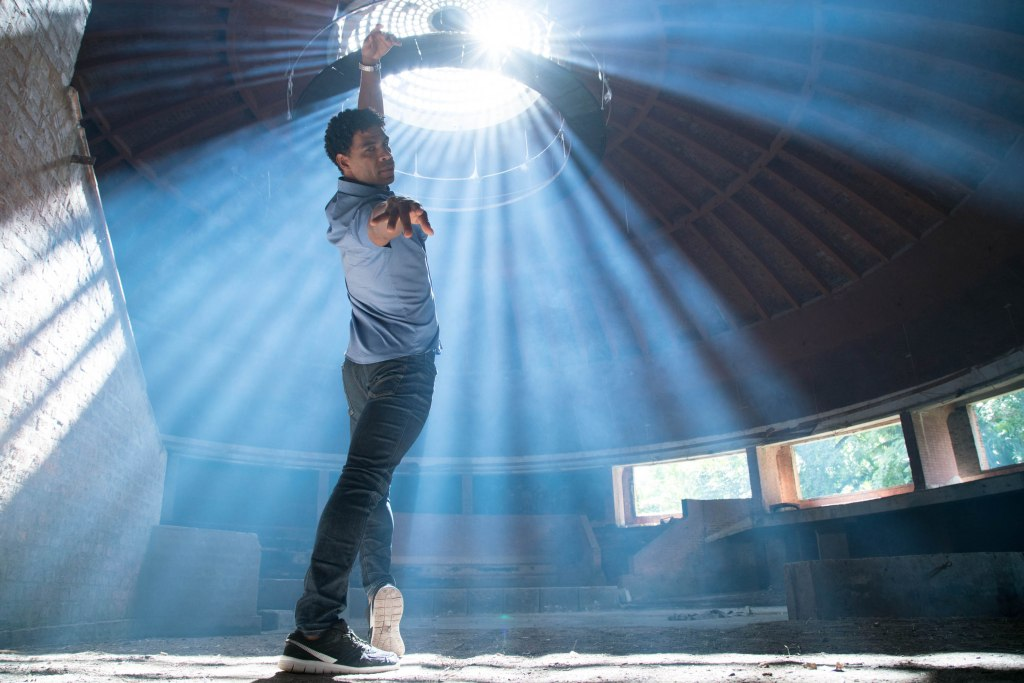 Adult Carlos (Carlos Acosta) dancing in a theater.