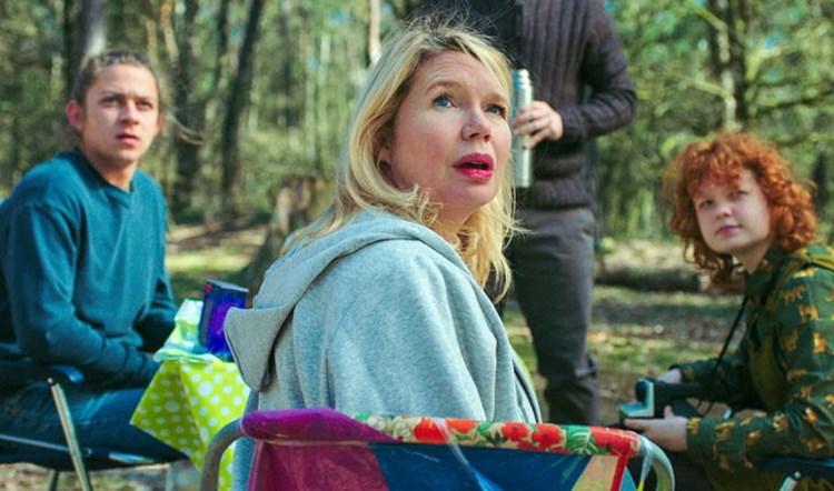 Doris (Tjitske Reidinga) camping with her children and Tim (Guy Clemens)