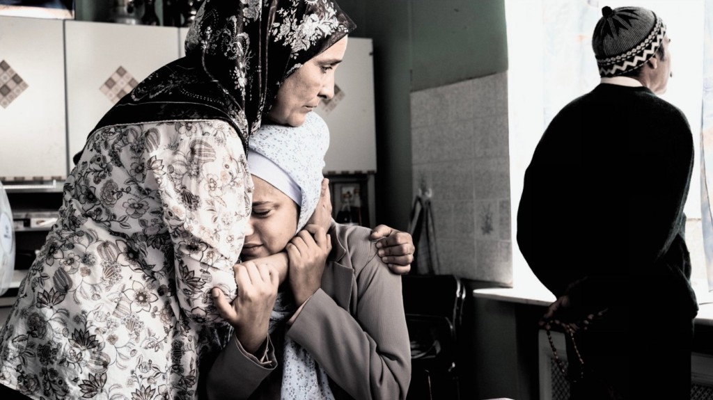 Aynur (Almila Bagriacik) getting hugged by her mother