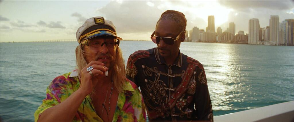 Moondog (Matthew McConaughey) on a boat with Lingerie (Snoop Dogg).