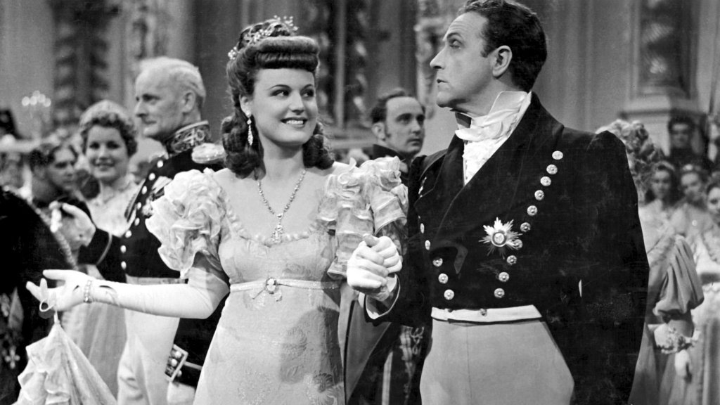 Melanie (Maria Holst) and Graf Wolkersheim (Willy Fritsch) at a ball.
